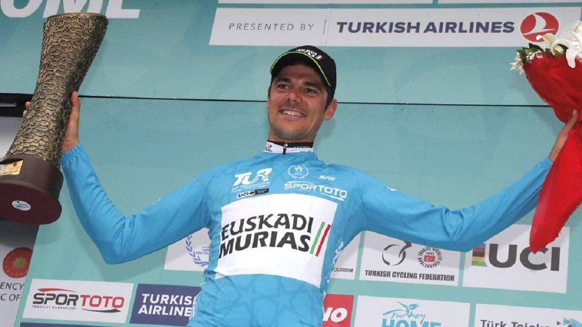 Depuis la plus haute marche du podium, Edu Prades (Euskadi-Murias) domine les équipes du World Tour